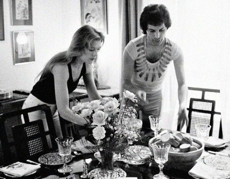 freddie-and-his-girlfriend-at-the-time-mary-austin-throwing-a-dinner-party-for-friends-at-their-london-flat-1977